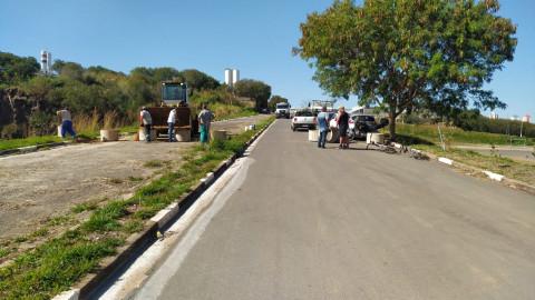Prefeitura bloqueando a entrada de carros utilizando barreiras de concreto.